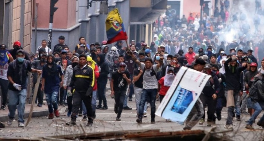 Sube la tensión en Ecuador: manifestantes ingresaron al Parlamento y fueron reprimidos