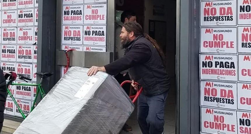 Incautan mercadería del local de Musimundo para garantizar las indemnizaciones