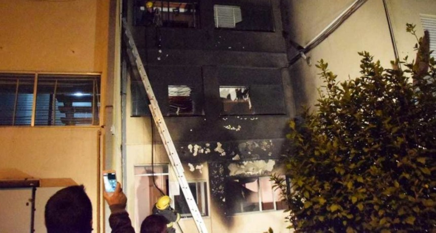 Barrio Jardín: El incendio de una moto, obligó a evacuar un monoblock