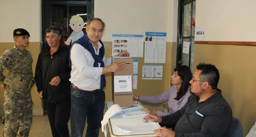 Tapalqué: el intendente Cocconi votó en la escuela 28