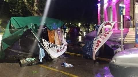 El acampe frente a la Comuna sigue tras la tormenta