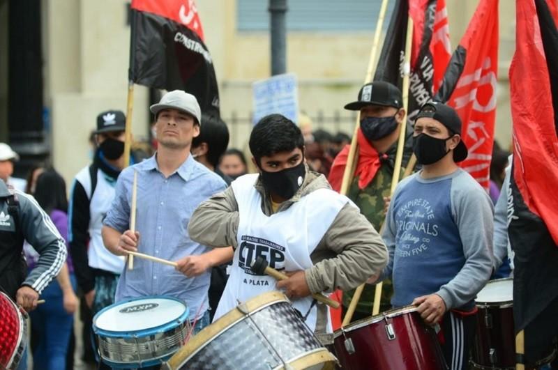 En La Plata hubo movilización de organizaciones políticas y sociales frente al municipio