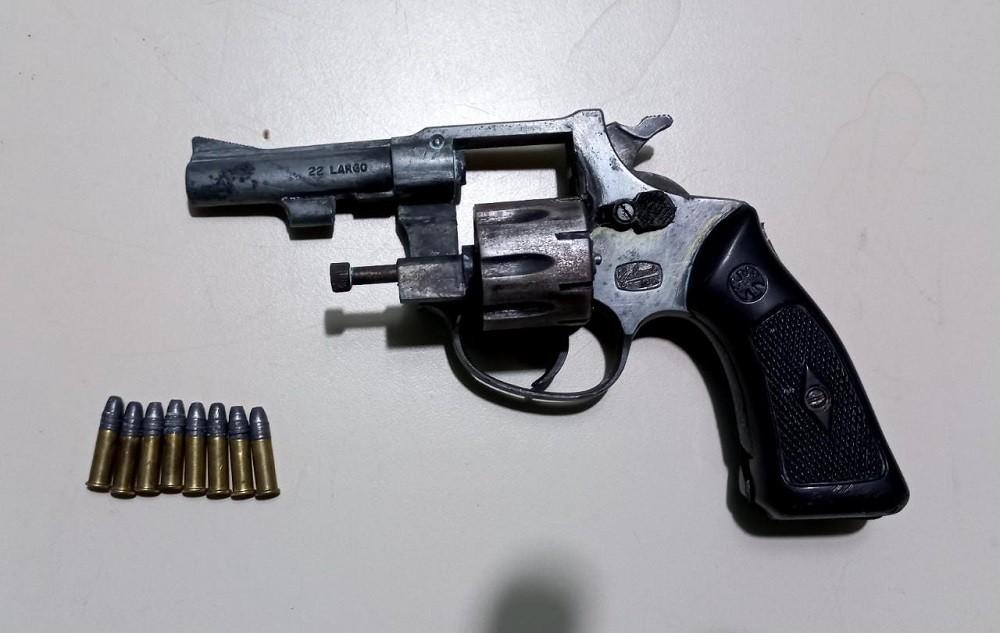 Realizan un allanamiento por robo agravado y secuestran un arma de fuego y cartuchos