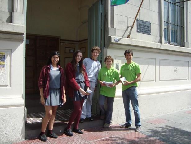 """El equipo de Rayuela, estudiantes y promotores de salud """"Por una vuelta sin drogas"""""""