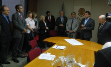 Frente Renovador: la electa diputada nacional Liliana Schwindt, junto a Sergio Massa, firmó el acto por la Libertad de Prensa