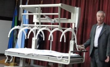 Camilla diseñada en la Facultad de Ingeniería ya se fabrica y usa en la ciudad