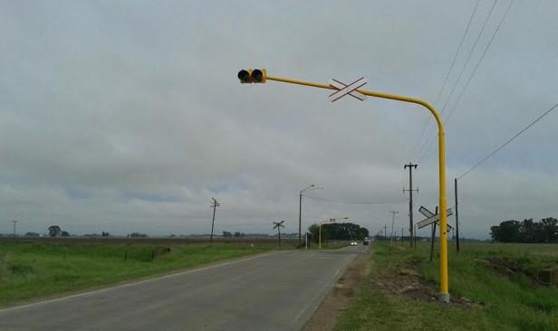 El Municipio realizó trabajos de señalización vial en el paso a nivel del Camino de los Pueblos