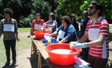 Tandil: Autoconvocados de la UNICEN lavaron platos en defensa del proyecto nacional