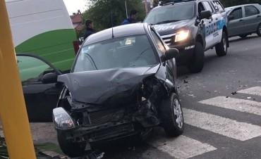 Choque entre dos autos en el semáforo de Avenida Pringles