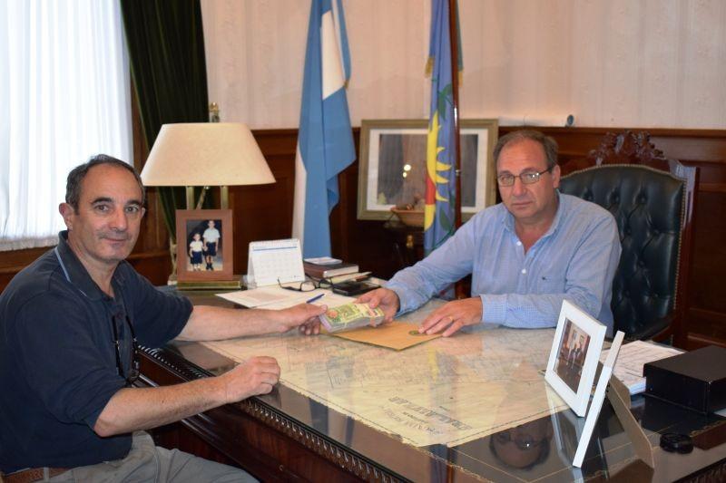 Alvear: El Intendente Capra entregó aporte económico al Presidente de la Cooperadora del Hospital Municipal