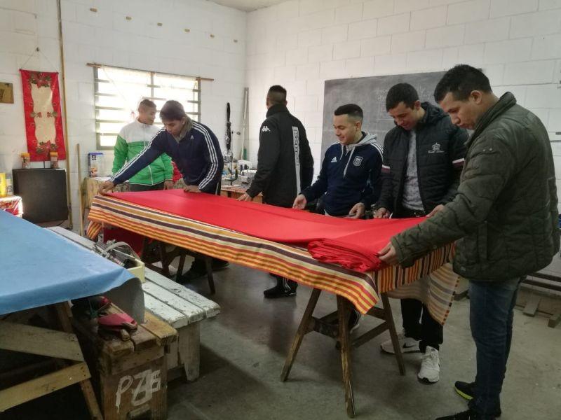 Internos de cárcel de Sierra Chica elaboraron 55 remeras para alumnos de una entidad escolar