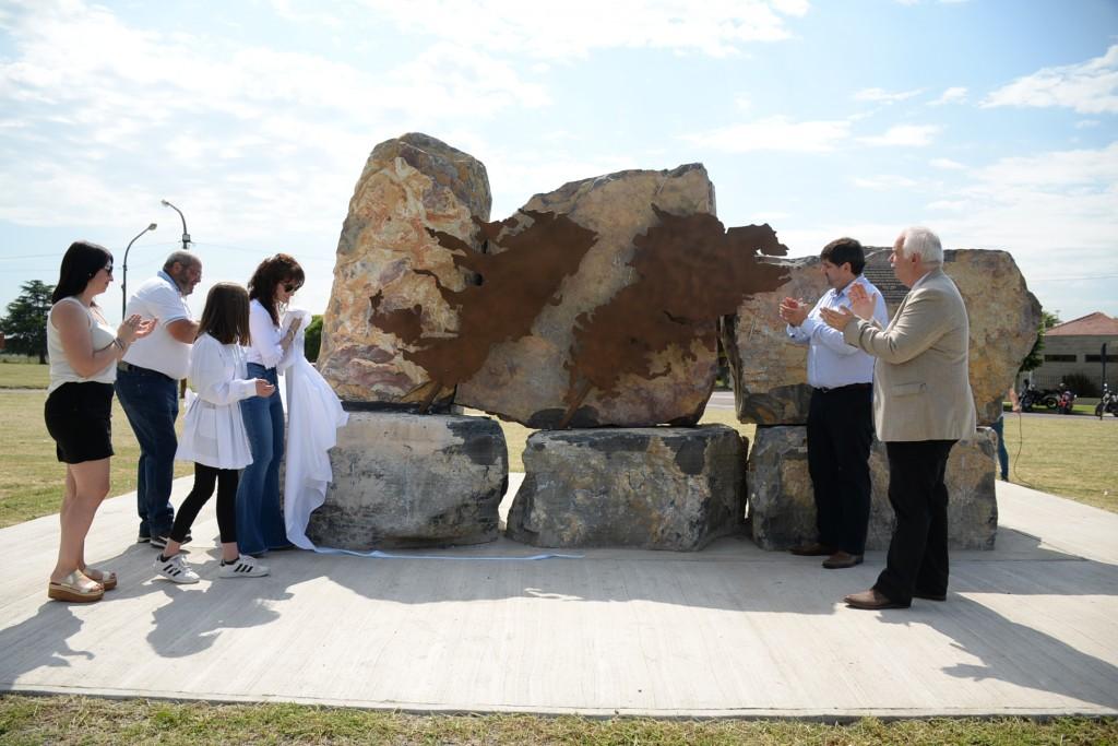 Inauguraron monumento por Malvinas en Loma Negra