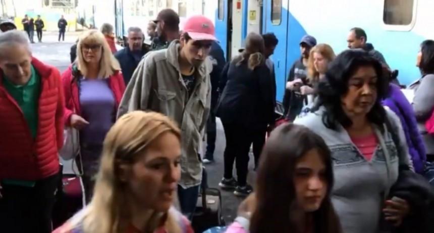 Cerca de las 16 llega el tren desde Constitución
