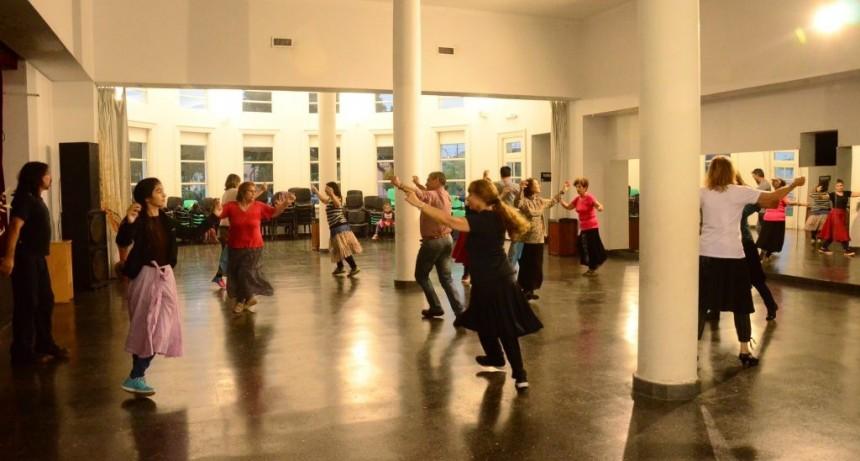 'Hay escuelas privadas que dan Folklore y yoga, pero está buenísimo que pase en las Escuelas Públicas'