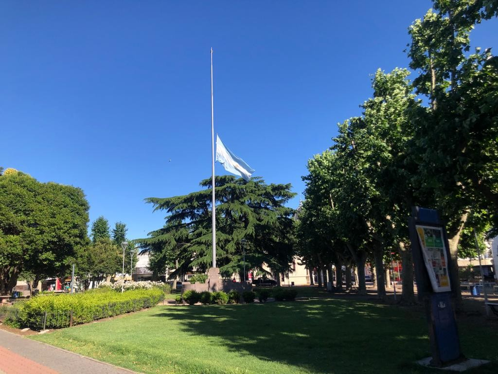 La bandera a media asta en la Plaza Central