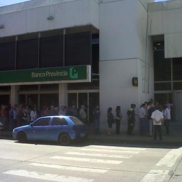 Por la protesta policial: Banco Nación y provincia  no abrieron  sus puertas este jueves. Los privados lo hicieron con servicios de guardia privada