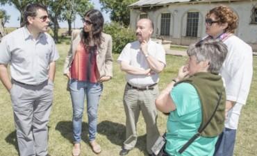 """Azul: tras el incendio, Inza visitó la Escuela 30: """"Lo menos que podemos hacer es acompañar y ayudar al Consejo Escolar"""""""