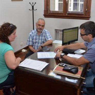 Hoy el Gobierno Municipal entregó un subsidio a la Cooperadora de la Escuela de Artes Visuales