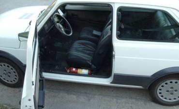 Vecinos demoran a un hombre que intentaba robar un auto