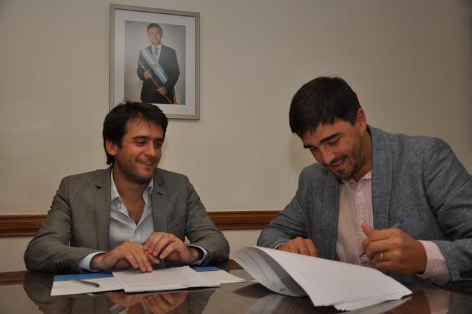 Caminos rurales: Galli firmó convenios por 4.000.000 de pesos para obras de intervención
