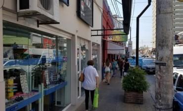 Importante movimiento en la zona comercial, peatonal por la tarde