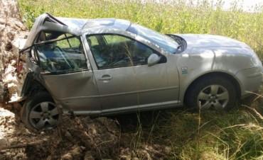 Tras una maniobra un auto terminó contra un árbol