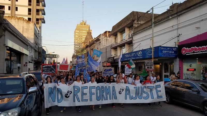 En protesta por la reforma hubo convocatoria en el centro de la ciudad
