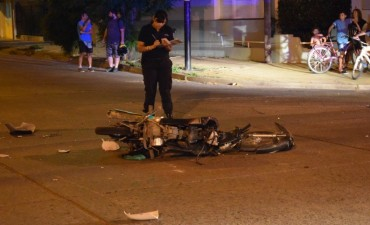 Colisionó un auto con una moto