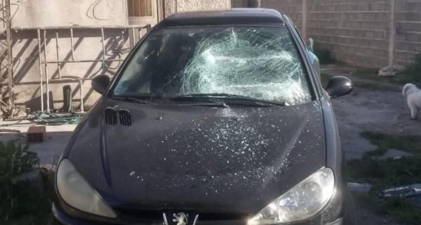 Lo detienen cuando rompía el auto de su ex pareja