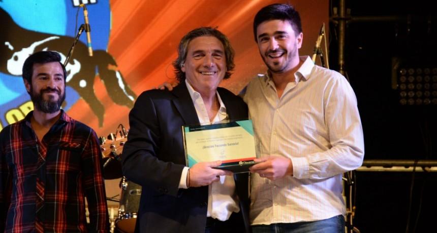 Galli distinguió a Facundo Saravia en su último show en Olavarría
