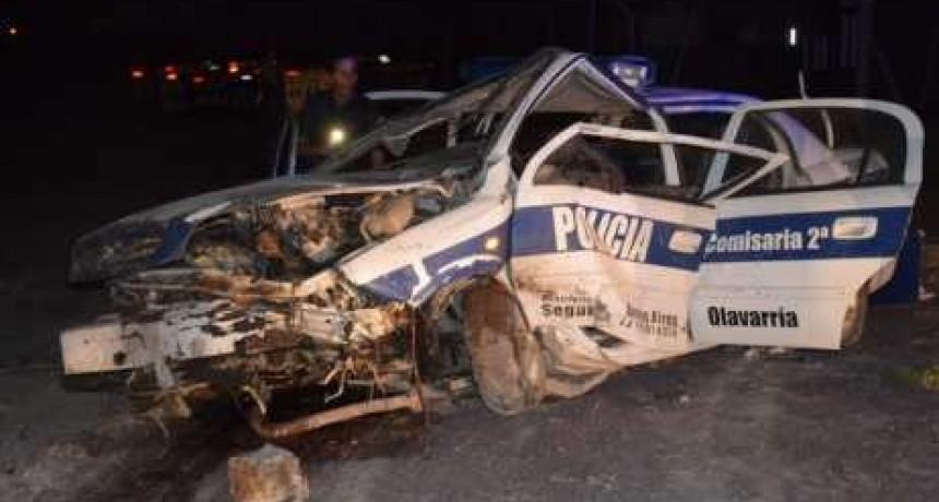 Dos policías heridos en vuelco de patrullero