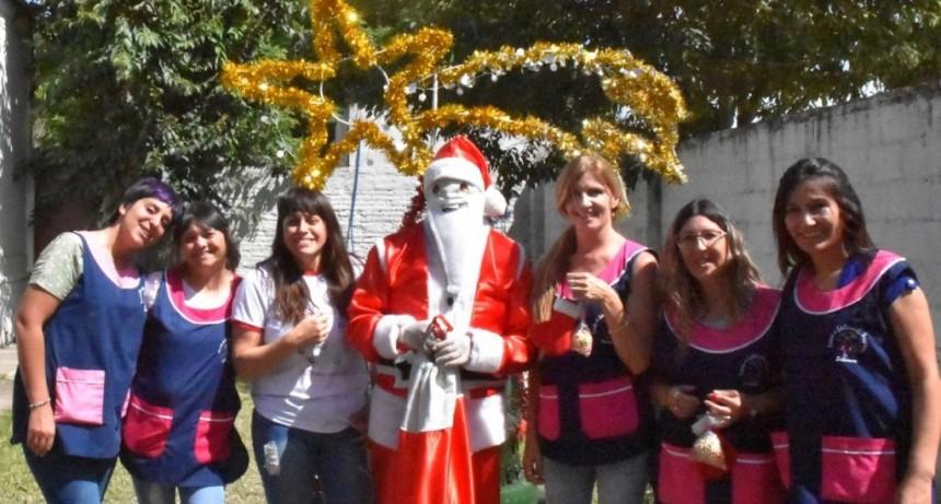 Sierra Chica: Papá Noel visitó a los niños del Jardín Ardillitas