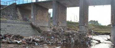 Continúan los trabajos de limpieza en el puente de la calle Hornos y en el barrio Isaura
