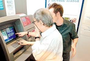 Charla instructiva sobre el uso de cajeros automáticos