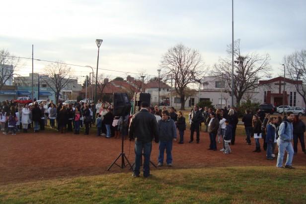 Con más de 200 personas La Plaza Manuel Belgrano fue escenario del acto oficial por el Día de la Bandera