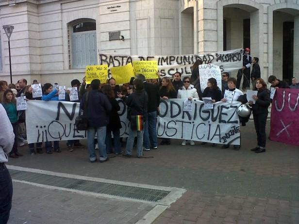 Torturas: familiares y allegados de los policías detenidos se manifestaron en el Paseo Jesús Mendía y Rivadavia