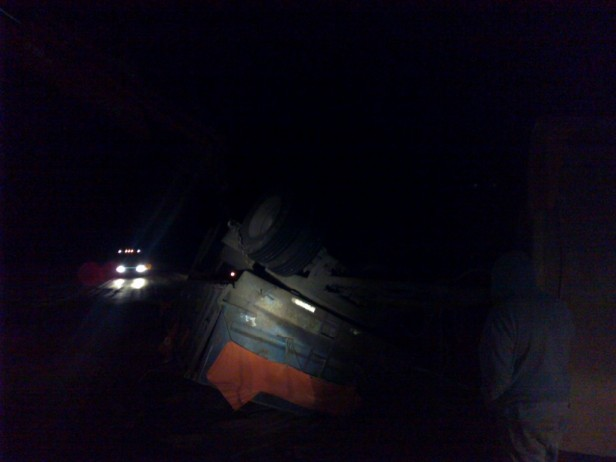 Un camión volcado en ruta 3, dificultaba la circulación en la noche del lunes