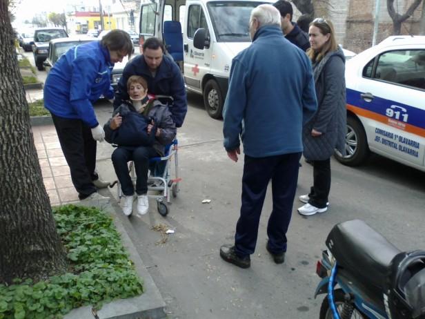 Frente a la vereda de LU32 una mujer  se golpeo y fue transladada al hospital