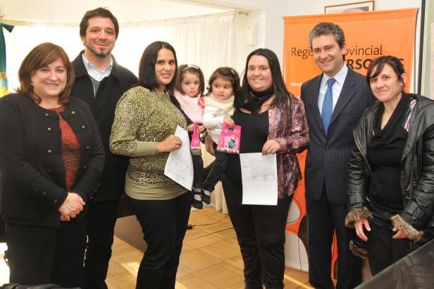 Se realizó la primera adición de apellido para hijos de una pareja comaternal en la provincia de Buenos Aires