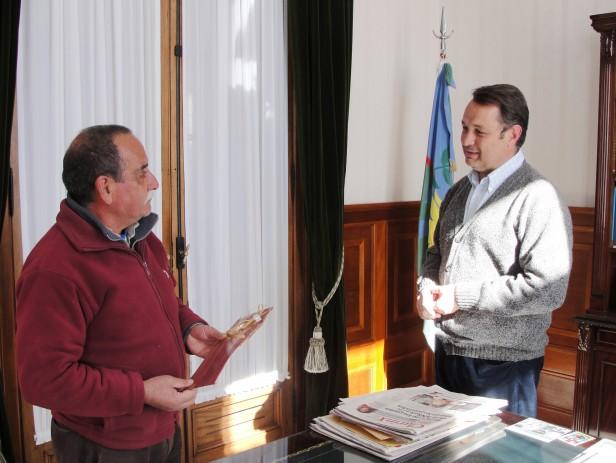 Alvear: el intendente Cellillo homenajeó a empleado con cuarenta años de servicio