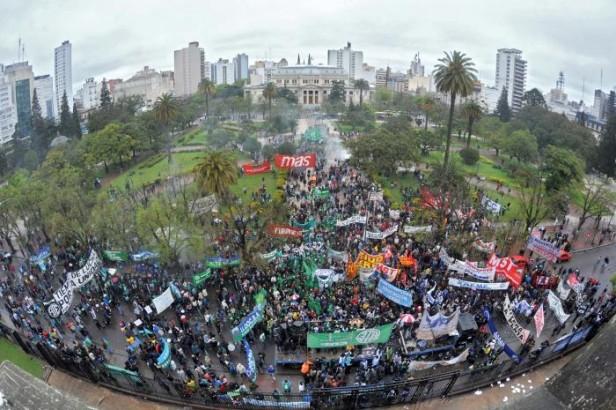 Olavarrienses participaron de la movilización contra el ajuste en la provincia