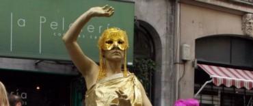 María Inés Banegas reconocida en un concurso de estatuas vivientes