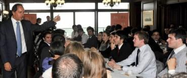 """Scioli con jóvenes universitarios:""""Argentina los necesita más que nunca"""""""