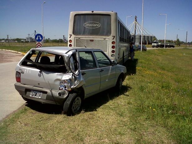 Un ómnibus choco por alcance a un auto
