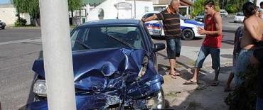 Fuerte colisión de dos autos en Celestino Muñoz y Hornos