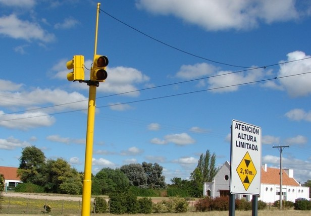 Un semáforo intermitente funciona en el egreso a Loma de Paz y Ruta Nacional 226