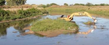 Continúan efectuándose trabajos en el Arroyo Azul aguas abajo del Puente Benavídez