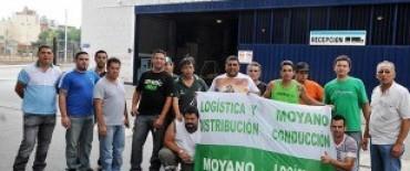 Manifestación gremial frente a los locales de la firma Maxiconsumo