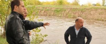 Azul: Inza recorrió el arroyo para verificar el comportamiento en sectores donde se realizaron obras
