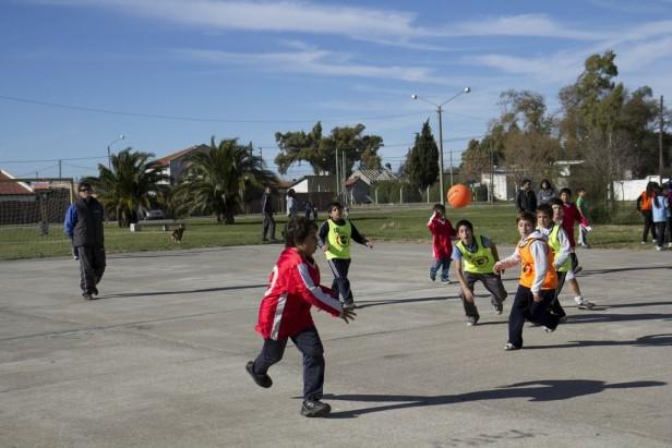 Exitoso encuentro de handball infantil en el barrio Los Robles